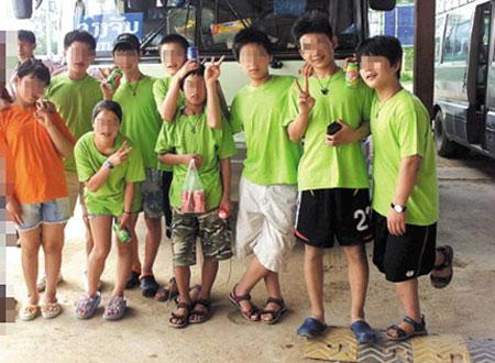 버스 앞에서 일부 탈북자들이 손가락으로 V자(字)를 만들어 보이고 있다.