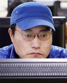 고등학교를 졸업한 지 24년 만에 한국방송통신대학 새내기가 된 이민수씨가 학교 컴퓨터실에서 수업 내용을 복습하는 모습.