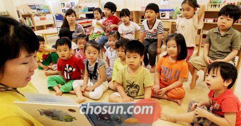 4일 서울 을지로 SK텔레콤 본사의 사내 어린이집에서 직원 자녀들이 동화책을 읽고 있다.