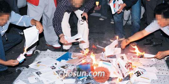 2008년, 좌편향 비판한 '대안 교과서' 불태우는 집회 참가자… 2008년 10월 18일 서울 청계광장 촛불 집회에서 집회 참가자들이 교과서포럼이 낸 '대안 교과서 한국 근·현대사'가 역사를 왜곡하고 있다며 책을 찢어 불태우고 있다