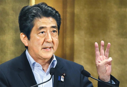 5일 아베 신조 일본 총리가 매년 1인당 국민총소득(GNI)을 3%씩 올리고 해외 자금을 유치하기 위해 규제를 없앤 금융특구를 설치하는 등의 내용을 담은 경제성장 전략을 발표하고 있다