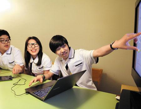 지난 1일 강남역 한 모임공간에서 '오픈놀리지' 멤버들이 태블릿과 노트북을 활용해 동영상 강의 제작을 시연하고 있다.