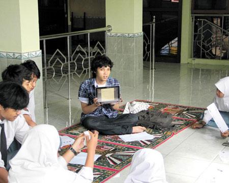 인도네시아 공신 '마하멘토' 직원이 노트북을 활용해 강의를 진행하고 있다.