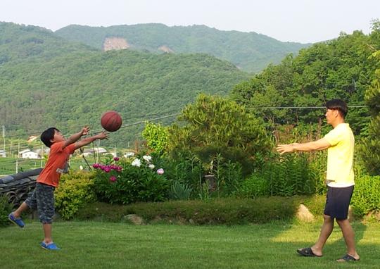 집 근처에서 즐거운 시간을 보내는 김석균씨 가족의 모습