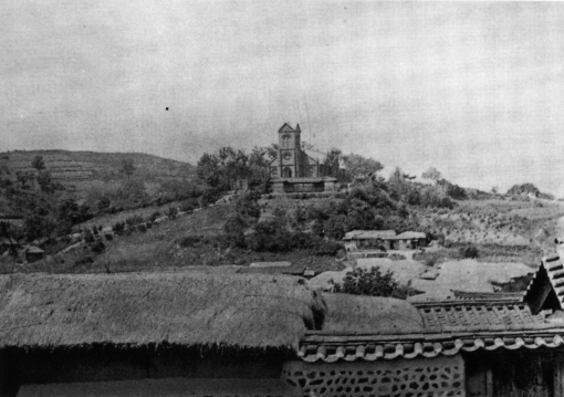 1910년대 약현성당과 주변 마을 모습. 성당이 서 있는 약현의 모습이 잘 드러나난다. 사진 왼쪽으로 보이는 만리재 언덕 사이에 약현으로 오르는 지금의 중림로 옛 모습도 보인다. /사진=약현성당 제공
