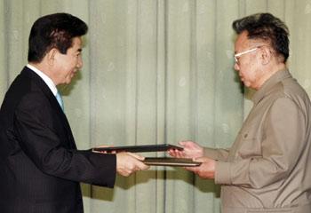 2007년 10월 4일 노무현 대통령과 김정일이 남북공동선언문에 서명한 뒤 서명문을 교환하고 있다.