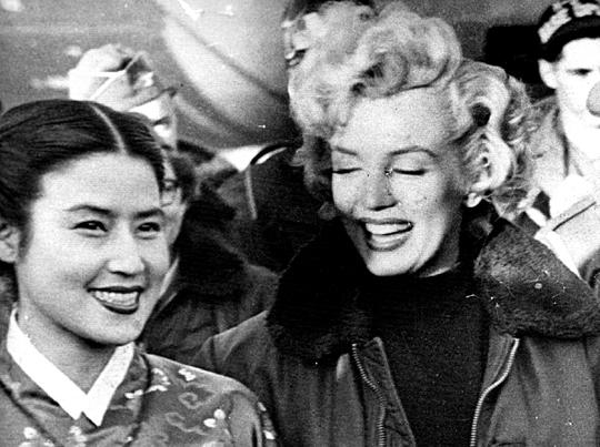 1954년 2월 미국 영화배우 메릴린 먼로가 주한미군 위문공연을 하러 한국을 찾았을 때 최은희가 대구공항에서 만나 웃는 모습.