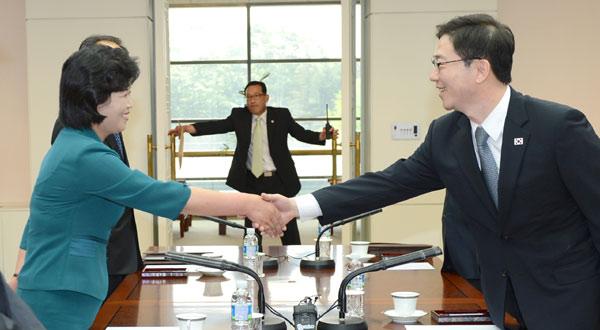 지난 6월 9일 남북장관회담 실무 접촉에서 악수를 나누는 천해성 통일부 통일정책실장(오른쪽)과 김성혜 조국평화통일위원회 서기국 부장. 이틀 후 남북당국회담은 무산됐다.