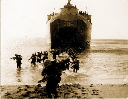 1950년 9월 15일 국군과 유엔군이 인천상륙작전을 펼치고 있다. 이 작전을 계기로 전세가 역전된다.