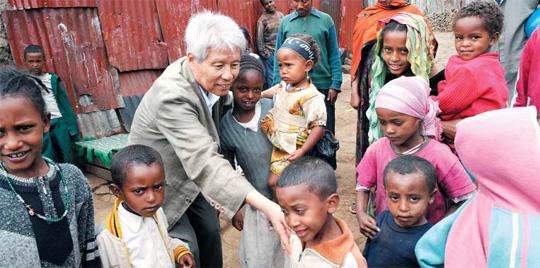 지난 2007년 6월 '소외된 아이들의 아버지' 김석산 전 초록우산 어린이재단 회장이 에티오피아를 방문해 현지 어린이들을 돌보고 있다