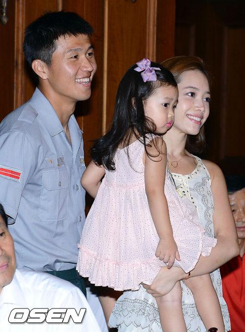 [사진]이호-양은지,'딸과함께 미소지으며'
