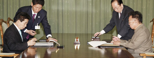 2007년 10월 4일 평양 백화원 영빈관에서 당시 노무현 대통령과 김정일 북한 국방위원장이'10·4 남북 공동선언문'에 서명하고 있다.