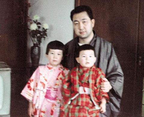 난바 도모코(앞줄 오른쪽)씨의 아기 때 모습.