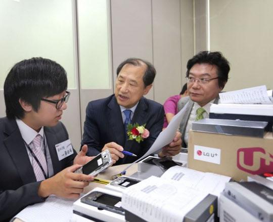 LG유플러스는 4일 서울 금천구에 위치한 LG유플러스 시흥고객센터에서 통신업계 최초로 자회사형 장애인 표준사업장 '위드유' 출범식을 개최했다.사진은 LG유플러스 이상철 부회장(가운데)이 위드유의 장애인 직원과 착하불량 단말기를 검수하고 있는 모습.