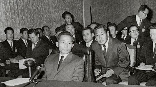 1960년대 후반 박정희 대통령이 지방순시 때 공화당 재정위원장을 맡고 있던 성곡 김성곤(박 대통령 뒤 콧수염이 난 분) 선생이 박 대통령을 향해 허리를 숙이고 뭔가 이야기를 나누고 있다.