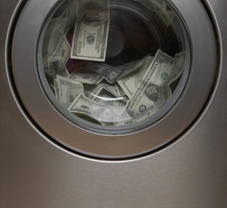 세탁기 안에서 미국 달러가'세탁'되고 있다. 스위스는 아름다운 풍광과 달리 탈세 천국으로 악명이 높다