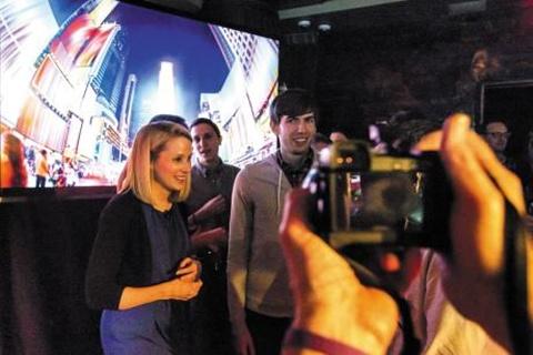 야후의 마리사 메이어 최고경영자(왼쪽)와 소셜네트워킹서비스'텀블러'의 창업자 데이비드 카프(오른쪽·26)가 지난 5월 뉴욕에서 야후의 텀블러 인수 발표 기자회견을 마치고 나오고 있다.