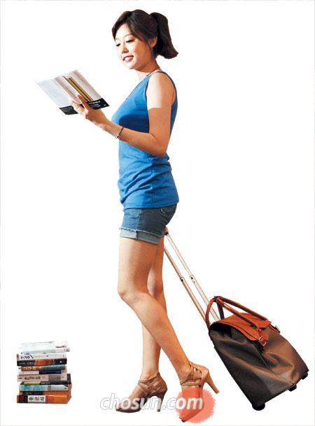 이진희 TV조선 기상캐스터가 교보문고 광화문점에서 소설을 읽고 있다.