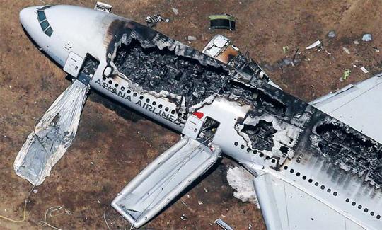 6일(현지 시각) 미국 샌프란시스코 공항에서 착륙 도중 사고를 일으킨 아시아나 항공기 214편. 착륙 직후 화재가 발생해 조종석 뒤편부터 꼬리 부분까지 항공기 윗부분이 불에 타서 안이 훤히 들여다보인다. /로이터 뉴스1