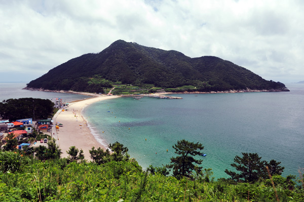 한려해상의 떠 있는 이국적인 느낌의 '비진도' 그리고 그 섬에 있는 '비진도산호빛해변'의 모습.
