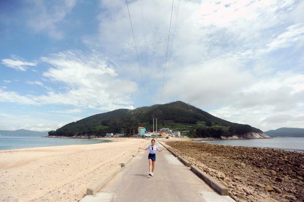 동쪽으로 비진도산호빛해변, 서쪽으로 몽돌해변이 공존하는 비진도(지형상 사진 왼쪽이 동쪽)