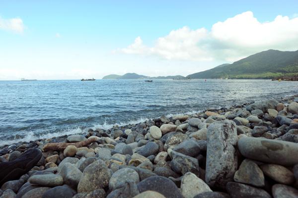 흑진주 같은 검은 몽돌이 길이 1.2km 해변에 걸쳐 펼쳐져있는 '학동흑진주몽돌해변'