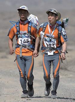 김경수씨(오른쪽)가 2005년 중국 고비사막&투루판 분지 마라톤에서 시각장애인 이용술씨 손을 잡고 뛰고 있다.