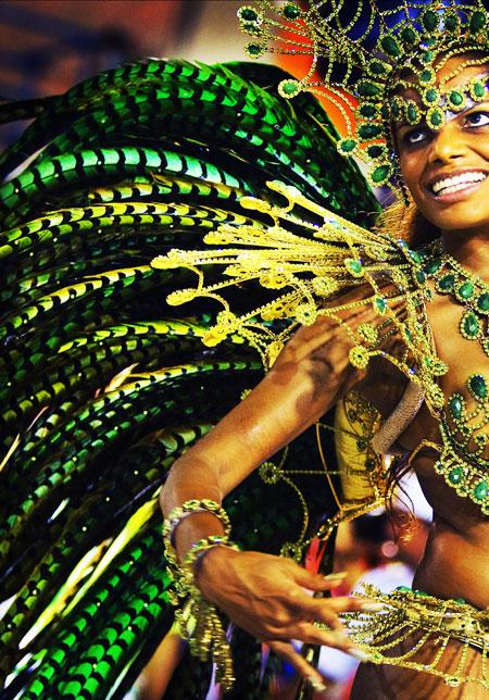 깃털을 장식한 여자가 춤을 추고 있다.