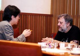 어수웅 기자(왼쪽)와 슬라보예 지젝이 이야기를 나누고 있다.