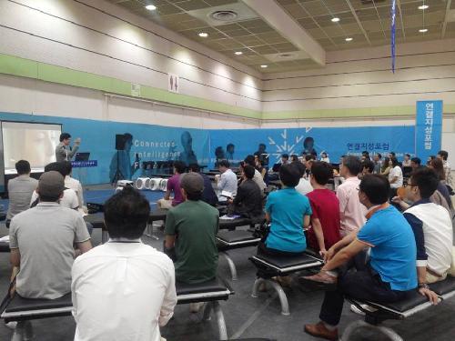 연결지성포럼 참석자들이 김진영 로아컨설팅 대표의 강연을 듣고 있다./박정은 인턴기자