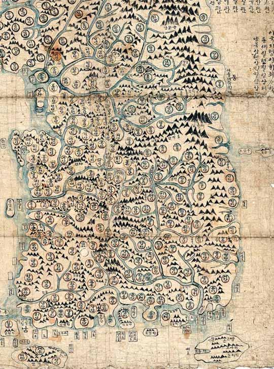 서울은 '경'으로 표시… 독도(우산도)·대마도도 나와 있어… 개리 레드야드 미 컬럼비아대 교수가 최초로 학계에 보고한 순 한글 지도. 산과 강, 포구와 섬, 지역 명칭 등이 한글로 적혀 있다. 서울은 '경'으로 표시돼 있으며, '삼각산'에 둘러싸여 있다. 주변에 파주 고양 양주 등의 지명이 보인다. 오른쪽 아래의 큰 섬은 대마도다. 당시 우리 생활 범위에 대마도가 들어 있었기에 지도에 포함된 것으로 학계는 보고 있다.