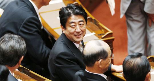 아베 신조(安倍晋三·가운데) 일본 총리가 자민당이 압승을 거둔 7·21 참의원 선거 후 2일 도쿄 국회의사당에서 처음으로 열린 임시 국회에 참석해 뒤를 돌아보며 웃고 있다.