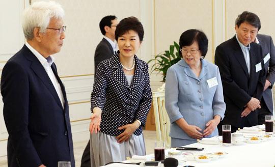 박근혜 대통령이 7일 청와대로 초청한 인문·문화계 인사들에게 자리를 권하고 있다.