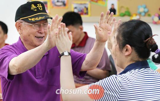 인천 강화군의 지적장애인 직업재활 공동체 '우리마을'에서, 올해 만해대상 평화부문 수상자인 성공회 김성수 주교가 장애인 '친구'들과 동요를 부르며 손뼉을 치고 있다