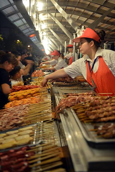 북경의 명물 꼬치음식을 맛볼 수 있는 왕푸징 포장마차 거리.