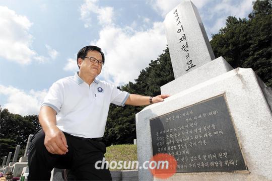 광복절을 하루 앞둔 14일 오전 10시쯤 서울 동작구 국립서울현충원 애국지사 묘역에서 이형진(59)씨가 아버지 고(故) 이재현 선생의 묘비를 만지고 있다. 이씨는 아버지가 별세한 1997년부터 16년 동안 매주 이곳을 찾고 있다