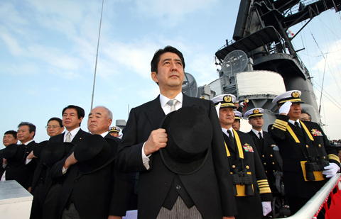 아베 신조 일본 총리가 2006년 10월 29일 도쿄 남쪽 가나가와현 사가미만에서 열린