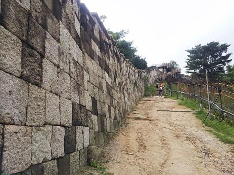 서울성곽은 세계에서 최장 기간(514년간). 최장 기간 도성 역할을 수행한  자랑스런 서울의 대표적인 문화유산이다. 최근 내국인은 물론 외국인들도 많이 찾고 있다.  사진은 북악산 구간의 성곽 바깥쪽 모습.
