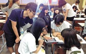 빕스 회원들이 커뮤니티 매핑 앱  활용법을 익히고 있다. /한국 커뮤니티매핑센터 제공.
