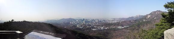북악산 말바위에 설치된 서울 전경사진과 설명문. 성곽탐방로 조망이 좋은 장소에 안내표지와 함께 전경 사진을 비치해 건물이나 지형을 설명해주면 서울을 이해하는데 도움이 될 것이라는 의견이 많았다.