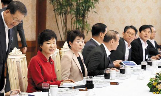 박근혜 대통령이 29일 청와대에서 중견기업 대표 30명을 초청해 오찬을 함께하고 있다.