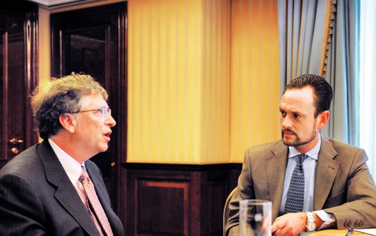 2008년부터 독일 유력지 빌트의 왕실 전문 기자 겸 칼럼니스트로 활동하고 있는 폰 쇤부르크가 2년 전 빌 게이츠를 만나 인터뷰 하는 모습이다.