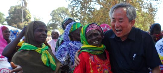 지난 29일 오후 탄자니아 은지안네 마을에서 이진섭(맨 오른쪽) 선교사가 현지인들과 함께 어울리고 있다