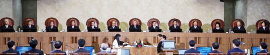 5일 오후 서울 서초동 대법원에서 열린'통상임금 소송'에 관한 공개변론에서 양승태(가운데) 대법원장 등 대법관 13명이 변론을 들을 준비를 하고 있다.