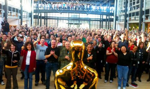 2011년 '토이스토리3' 의 아카데미상 수상을 기념해 픽사 직원들이 사옥 중앙 로비에 모였다 / 픽사제공