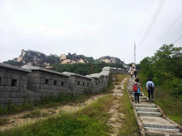 서울성곽 인왕산 구간은 자연 속을 걸으며 좋은 전망도 볼 수 있어 성곽탐방객은 물론 등반객들도 많다.