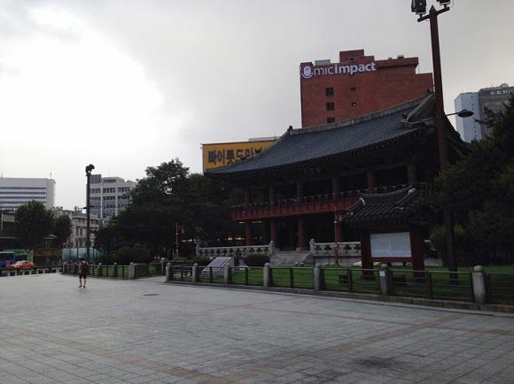 조선시대 한양 도로의 중심지였던 종각. 단층 건물이 전부였던 한양시대에 종각은 도성에 들어서면 멀리서도 보이는 건물이었다.