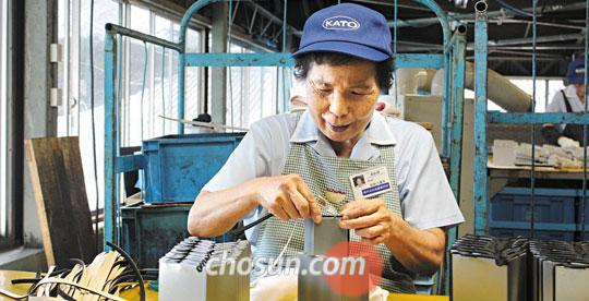 지난 3일 오후 일본 기후현 나카쓰가와(中津川)의 판금 가공 공장'가토제작소'작업장에서 12년 차 직원 마쓰이 야에코(75)씨가 금속 부품을 조립하고 있다.