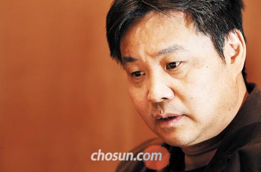 중국의 현대를 가장 잘 그리는 작가로 꼽히는 위화를 26일 인천공항에서 만났다.