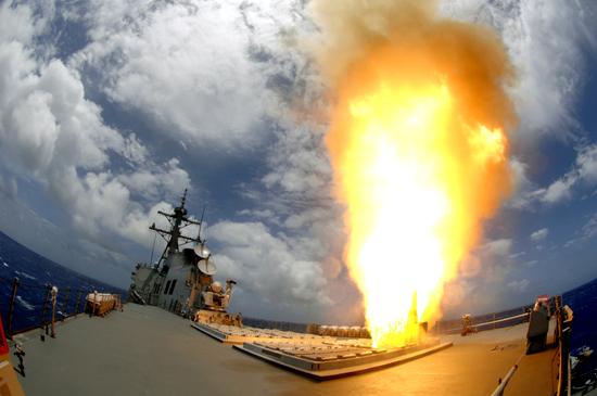 함대공 SM-2 미사일을 발사하고 있는 세종대왕함.